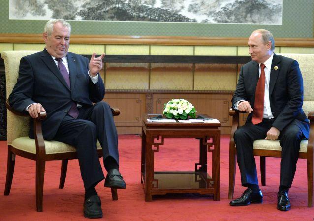 Prezydent Czech Milosz Zeman i prezydent FR Włądimir Putin podczas spotkania w Pekinie