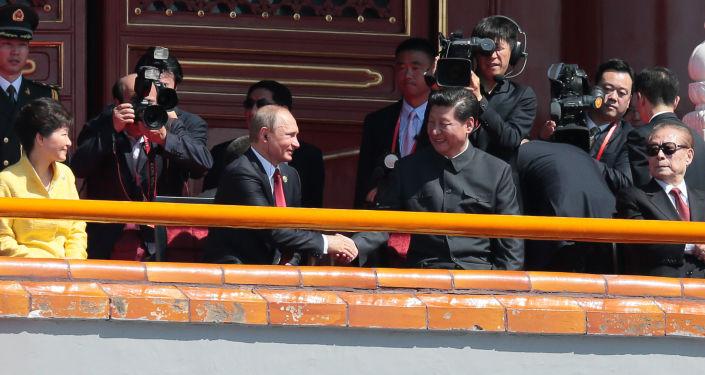 Prezydent Rosji Władimir Putin i Przewodniczący Chińskiej Republiki Ludowej Xi Jinping przed rozpoczęciem defilady z okazji 70. rocznicy zwycięstwa w II wojnie światowej w Pekinie