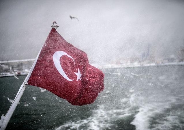 Turecka flaga na statku w Cieśninie Bosfor
