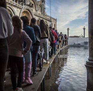 Ludzie na zatopionym placu św. Marka, Wenecja