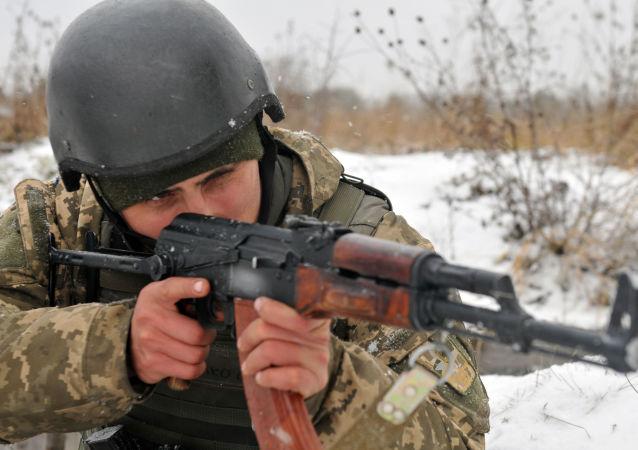 Ukraiński żołnierz z karabinem