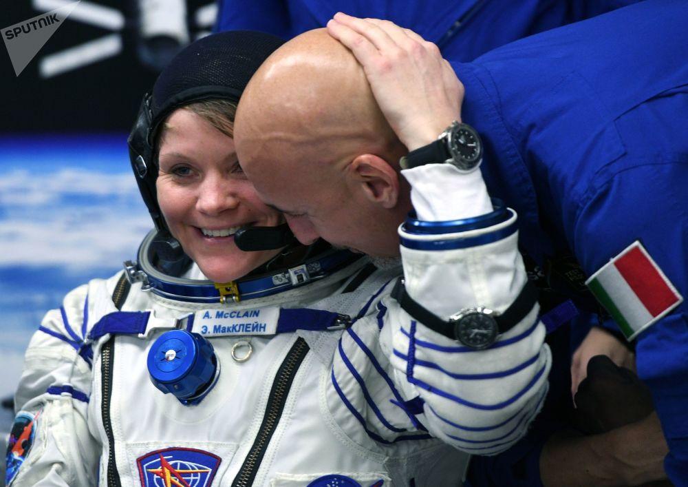 Członek misji załogowej ISS-58/59, astronauta NASA Ann McClain i członek zastępczej załogi, astronauta europejskiej agencji kosmicznej Luca Parmitano przed startem rakiety nośnej Sojuz-FG z załogowym statkiem kosmicznym Sojuz MS-11 na kosmodromie Bajkonur