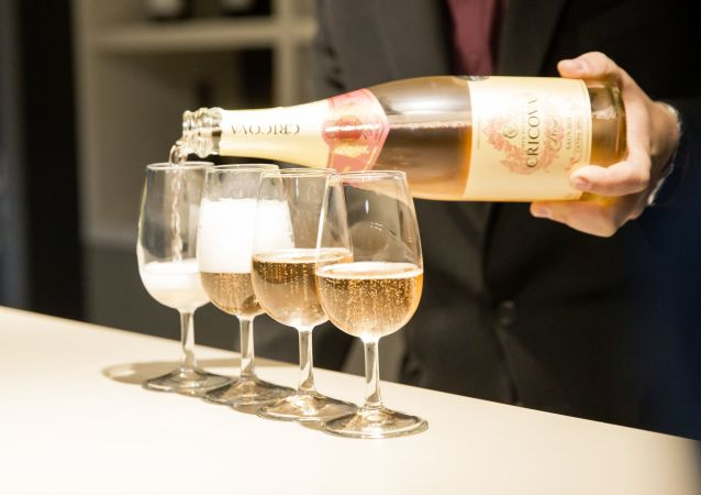 Sommelier rozlewa wino do kieliszków