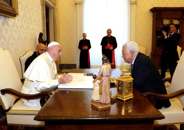 Papież Franciszek i przywódca Autonomii Palestyńskiej Mahmud Abbas podczas wizyty w Watykanie