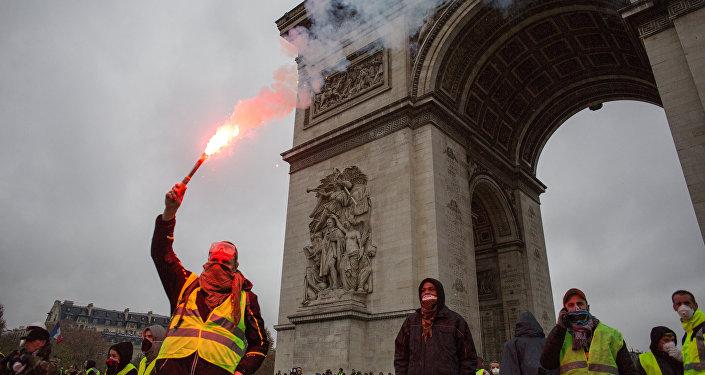 """Uczestnicy akcji protestacyjnej ruchu kierowców """"żółte kamizelki"""" domagający się obniżenia podatku od paliwa"""