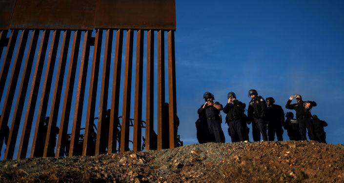 Straż graniczna USA i celnicy na granicy Stanów Zjednoczonych i Meksyku w stanie Tijuana