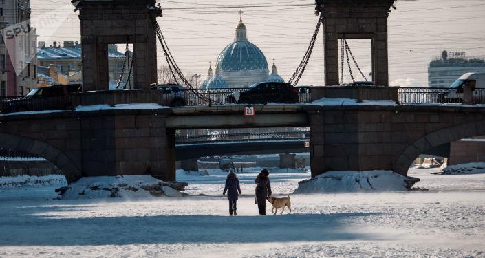 Ludzie na lodzie zamarzniętej rzeki Fontanka w Petersburgu
