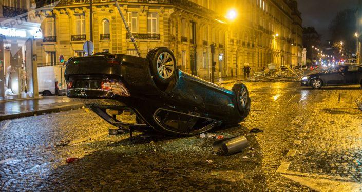 Samochód, który ucierpiał w czasie akcji protestu żółtych kamizelek w Paryżu