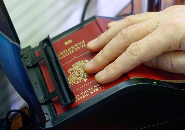 Skanowanie rosyjskiego paszportu na rosyjsko-ukraińskiej granicy