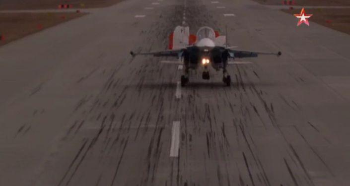 Stopklatka z wideo lądowania samolotu Su-34
