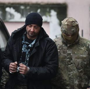 Jeden z zatrzymanych ukraińskich marynarzy przy Kijowskim Sądzie Rejonowym w Symferopolu