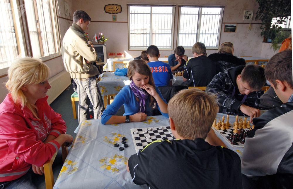 Nastolatkowie grają w szachy w japońsko-rosyjskim Domu Przyjaźni