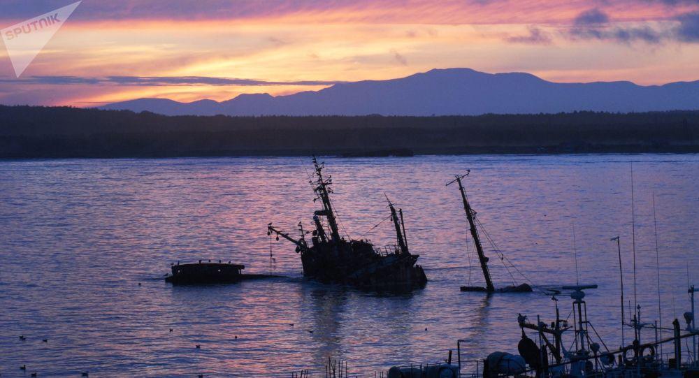 Zachód słońca na wyspie Kunaszyr