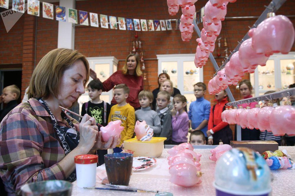 Artystka Anastazja Bolonkina ozdabia bombki w fabryce ozdób świątecznych Ariel w Niżnym Nowogrodzie