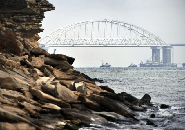 Statki przepływają pod łukiem Mostu Krymskiego po wznowieniu żeglugi w Cieśninie Kerczeńskiej