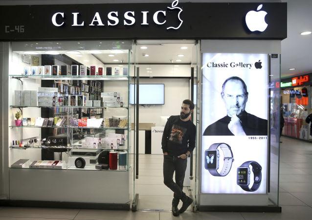 Sprzedawca sprzętu elektronicznego w centrum handlowym w Teheranie