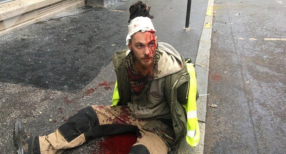 Uczestnik protestów w Paryżu