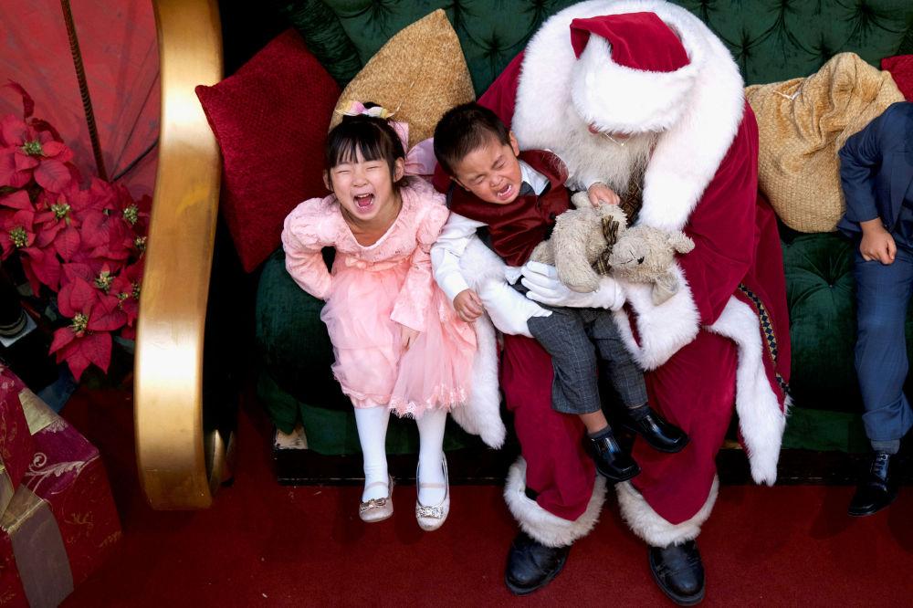 Święty Mikołaj z dziećmi w centrum handlowym King of Prussia Mall w USA