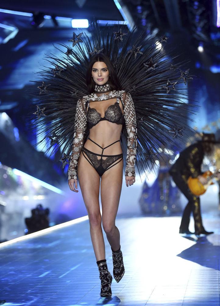Modelka Kendall Jenner podczas pokazu Victoria's Secret Fashion Show