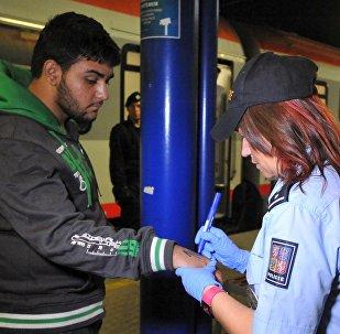 Czeska policja użyła markerów, by ponumerować 214 imigrantów, których znaleziono we wtorek na południowo-wschodniej granicy w pociągach jadących z Austrii i Węgier