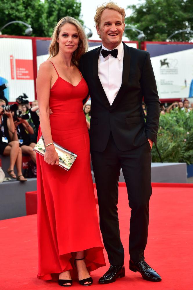 Aktorzy Jason Clarke i Cécile Breccia podczas ceremonii otwarcia 72. Międzynarodowego Festiwalu Filmowego w Wenecji