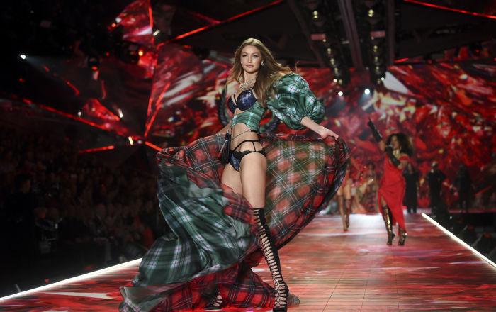 Amerykańska supermodelka Gigi Hadid na wybiegu podczas pokazu Victoria's Secret Fashion 2018 w Nowym Jorku