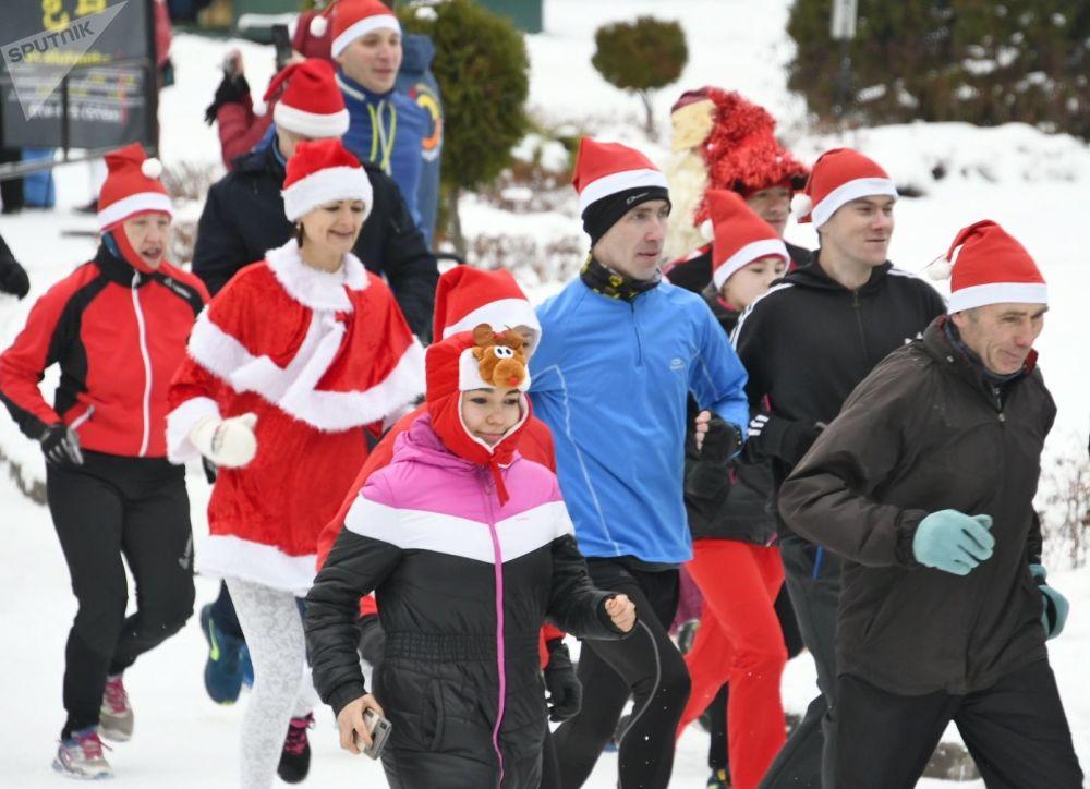 Uczestnicy wyścigów Świętych Mikołajów w Tule