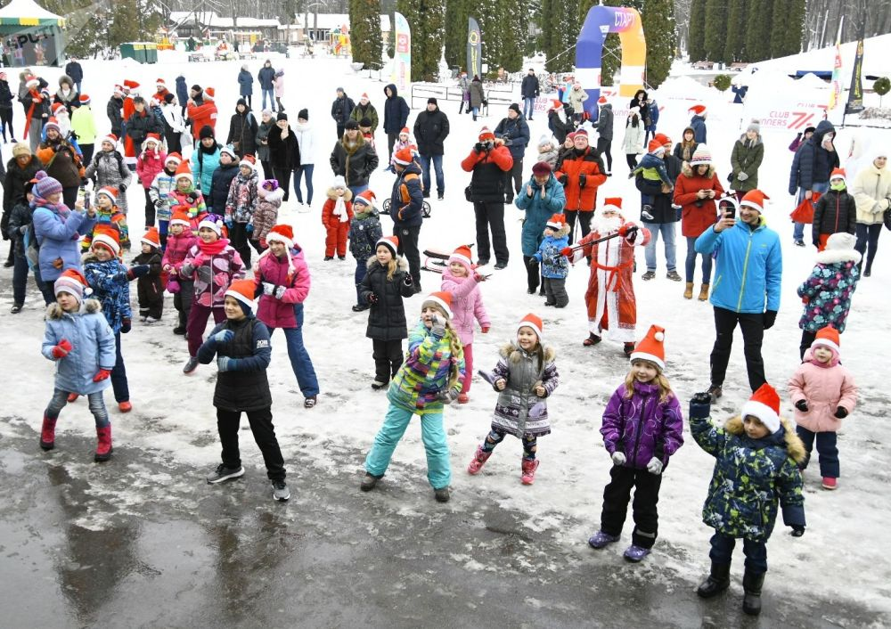 Dzieci tańczą podczas wyścigów Świętych Mikołajów w Tule