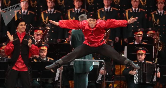 Występ artystów Akademicznego Zespołu Pieśni i Tańca Armii Rosyjskiej im. Aleksandrowa