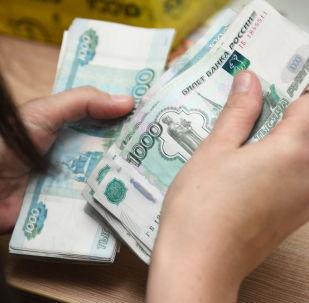 Pracownik poczty przeliczający pieniądze