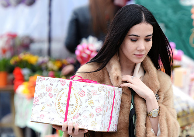 Piękna kobieta z prezentem