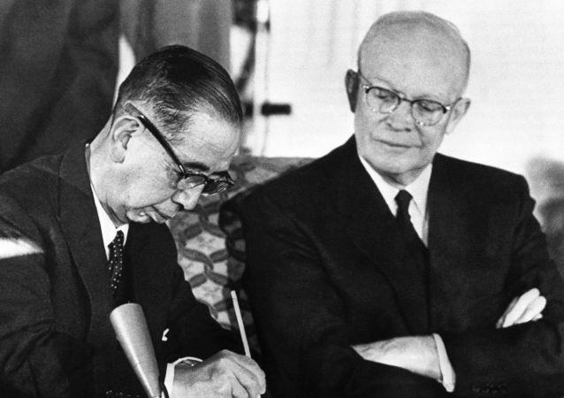 Prezydent USA Dwight Eisenhower i premier Japonii Nobusuke Kishi podczas podpisywania układu ws. współpracy i gwarancjach bezpieczeństwa między USA i Japonią