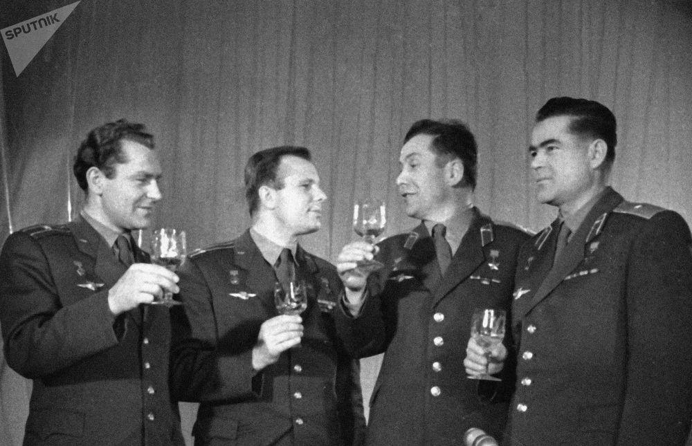 Radzieccy kosmonauci wznoszą toast