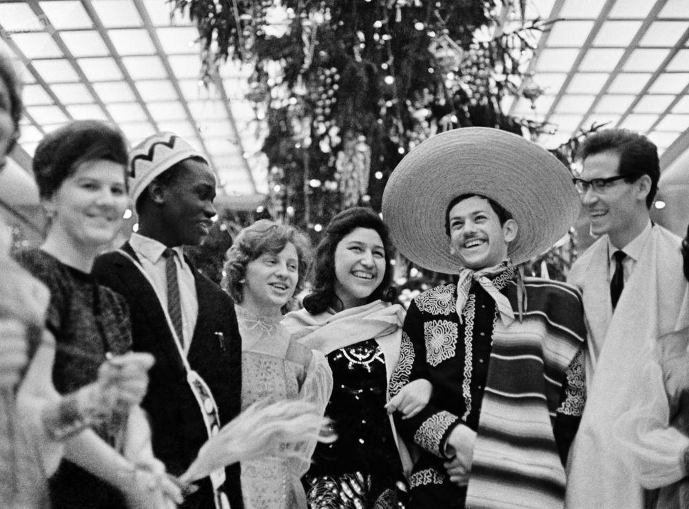 Studenci z różnych krajów na choince w Kremlu, 1964 rok