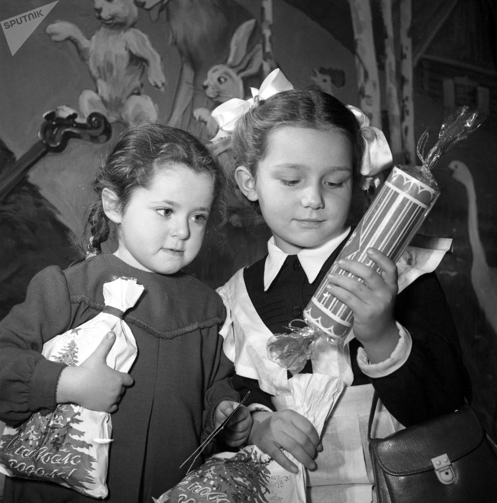 Dzieci z prezentami, 1954 rok