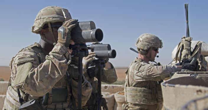 Amerykańscy żołnierze na stanowiskach w pobliżu miasta Manbidż w północnej Syrii