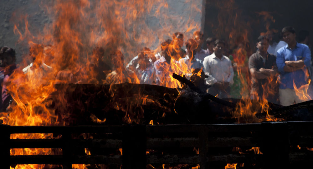 Stos pogrzebowy. Indie. Zdjęcie archiwalne