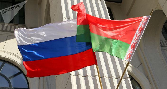 Flagi państwowe Rosji i Białorusi na budynku mińskiej filharmonii