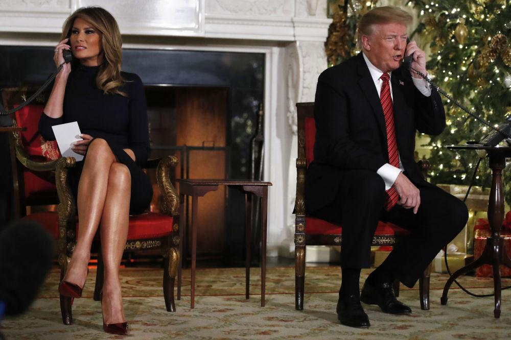 Donald Trump i jego żona Melania w momencie otrzymania informacji o przybyciu Świętego Mikołaja w Wigilię Bożego Narodzenia