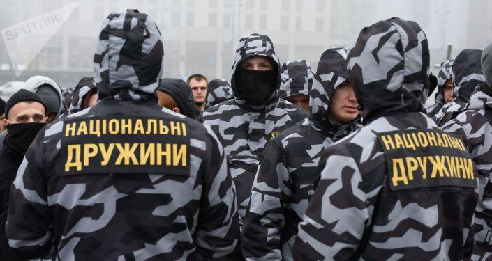 Członkowie partii Korpus Narodowy i organizacji Narodowych Drużyn na akcji w Kijowie