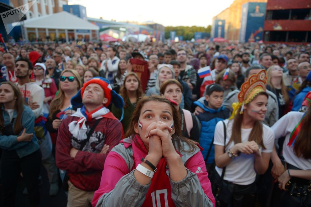 Fani oglądają transmisję meczu fazy grupowej Pucharu Świata pomiędzy reprezentacjami Rosji i Egiptu w strefie kibica w Petersburgu