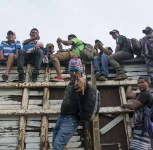 Migranci z Hondurasu, podróżujący w karawanie przez terytorium Meksyku w kierunku granicy amerykańskiej