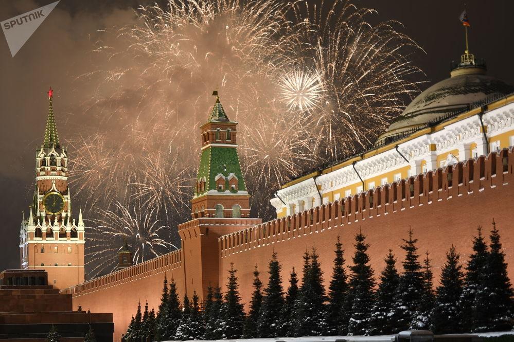 Sylwestrowy pokaz sztucznych ogni w Moskwie