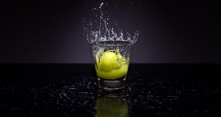 Woda gazowana z cytryną najlepszym środkiem na kaca