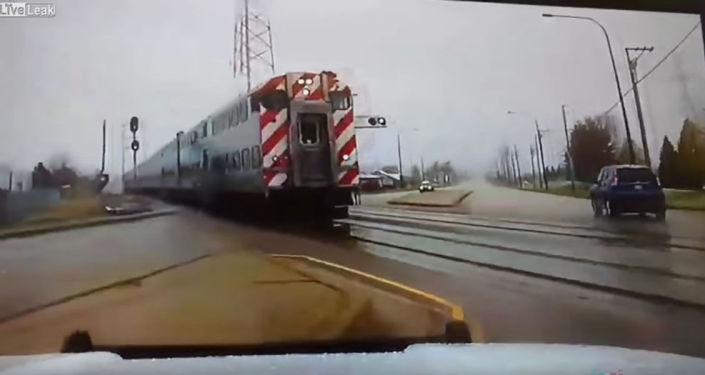 W Stanach Zjednoczonych policyjny radiowóz cudem uniknął zderzenia z pociągiem.