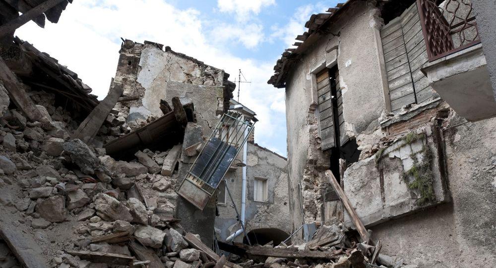Dom zniszczony w wyniku trzęsienia ziemi
