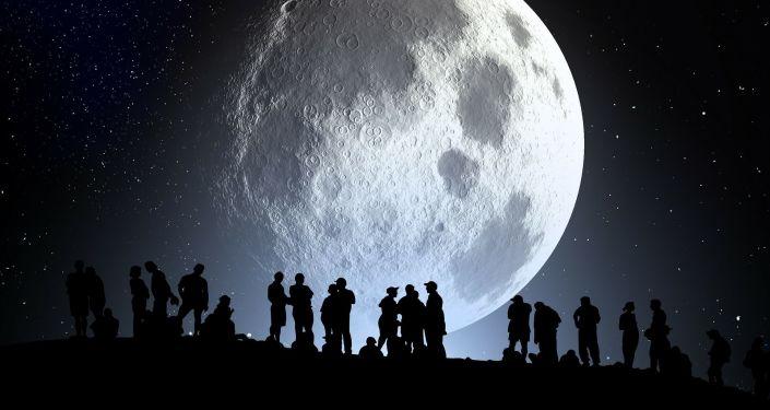 Sylwetki ludzi na tle Księżyca