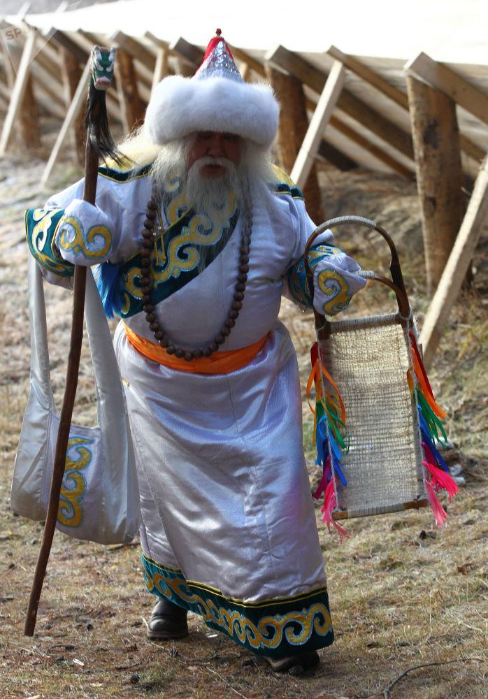 Saagan Ubugun z Buriacji przechadza się po dworze w czasie świętowania urodzin Świętego Mikołaja w Wielkim Ustiugu