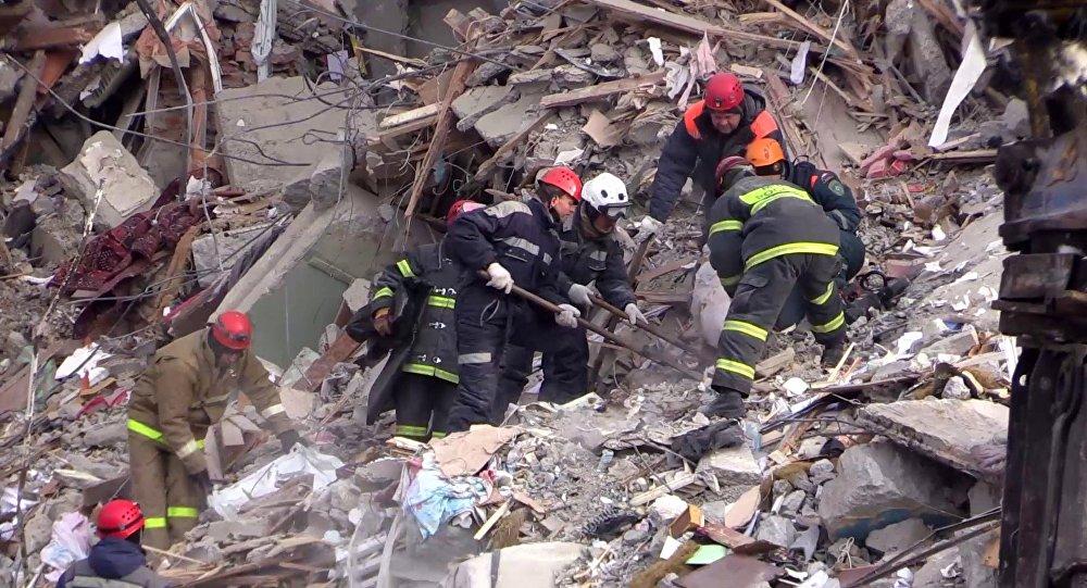Pracownicy Ministerstwa ds. Sytuacji Nadzwyczajnych na miejscu tragedii w Magnitogorsku