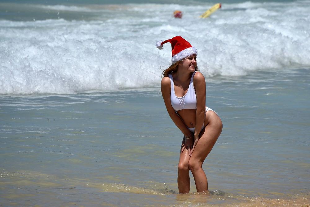 Turystka na plaży w Sydnej w czasie Bożego Narodzenia